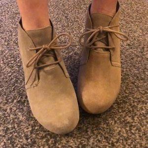 Dolce Vita size 8 tan suede wedge booties